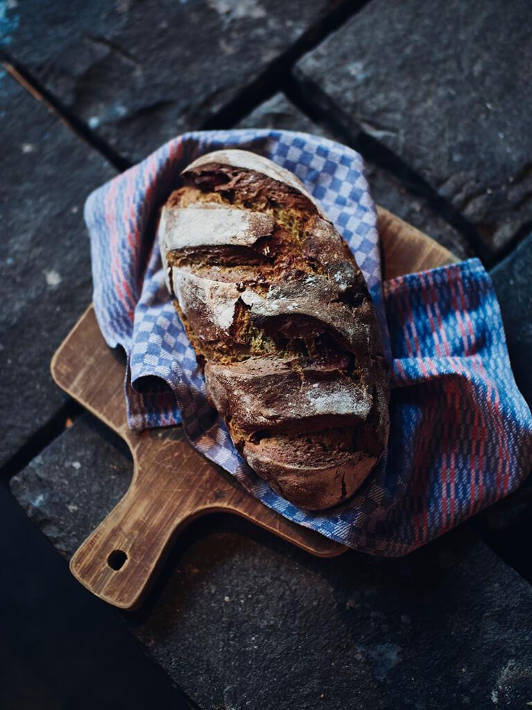 Altes Mädchen Brot